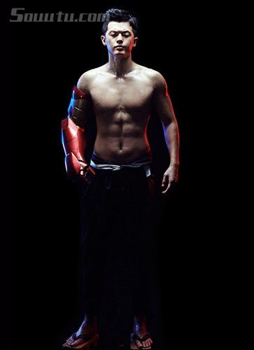 王煜露上身肌肉,右手穿钢铁侠拳套,身材健硕挺拔