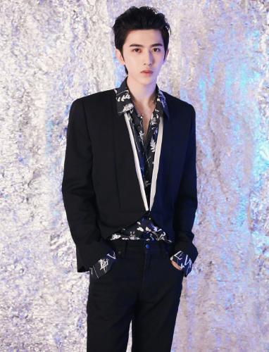 蔡徐坤黑色西装外套内搭印花衬衫帅气舞台照图片