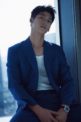 台湾帅哥许光汉西装搭白色背心床上儒雅绅士范儿写真图片