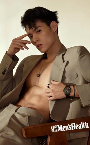 台湾帅气男歌手董又霖半裸上身大秀肌肉,腹肌写真杂志图片