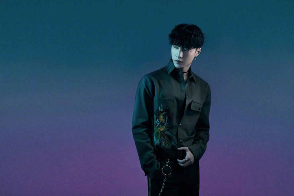 张艺兴热带风格穿着为新主打曲《蹦 (Boom)》宣传写真图集