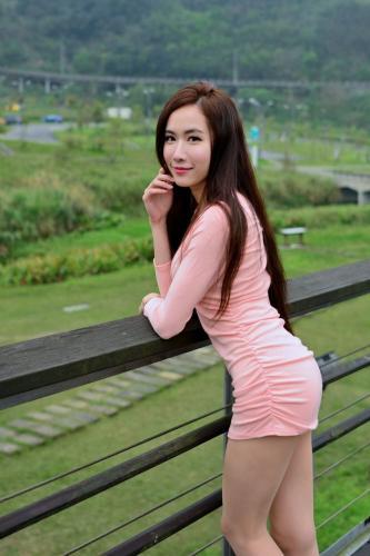 [台湾网红美女] Dora妍希《山水綠外拍(三套服装)》 写真集