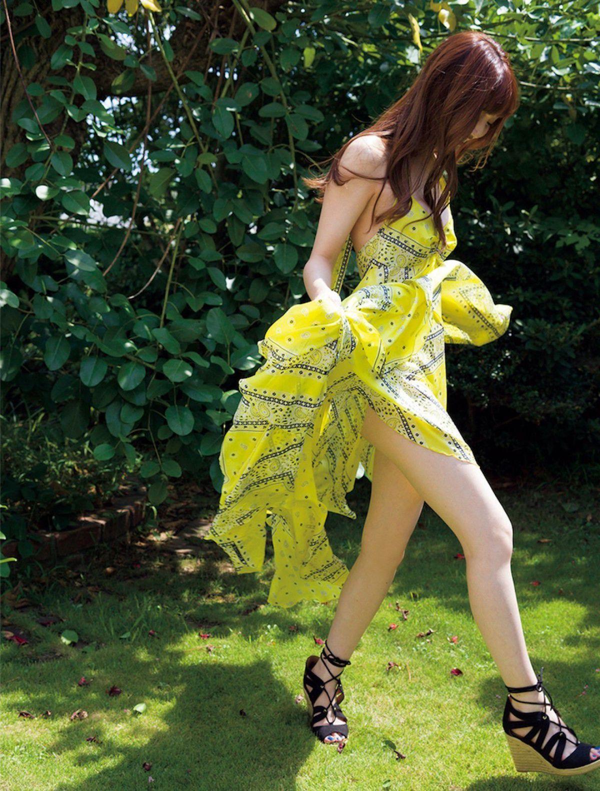[FRIDAY] 松川菜々花 《人気モデルと水着デート キケンな二十歳の色香 (動画付き)》写真1