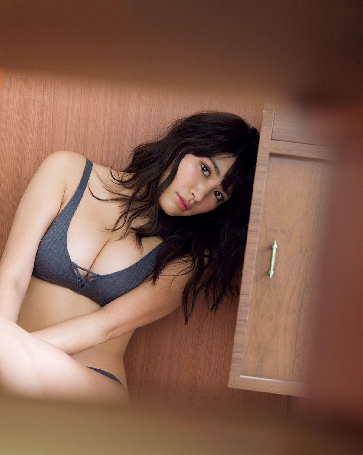 [FRIDAY] 久松郁実 《とっておきの秘蔵SEXY+憧れの女神と密室でふたりきり》写真1