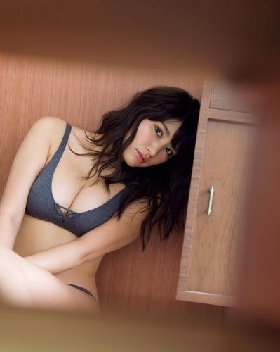 [FRIDAY] 久松郁実 《とっておきの秘蔵SEXY+憧れの女神と密室でふたりきり》写真