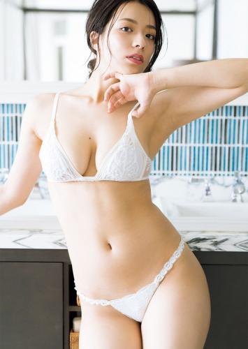 [FRIDAY] 小瀬田麻由 《びしょ濡れ裸身 (動画付き)》写真