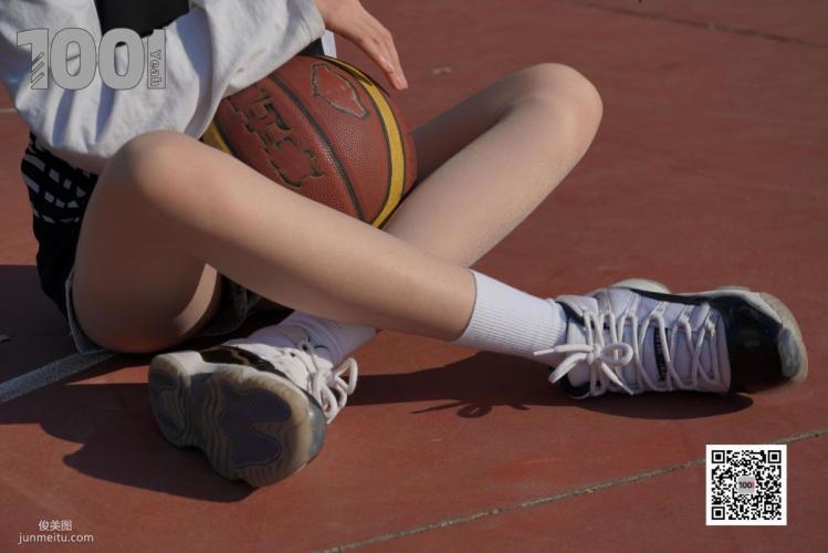 [IESS一千零一夜] 模特草莓《陪女朋友打篮球2》 丝袜美腿写真集