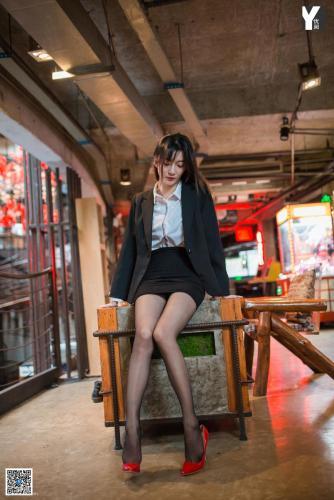 [IESS异思趣向] 模特:秋秋《偏爱红色高跟鞋》 黑丝美腿写真集