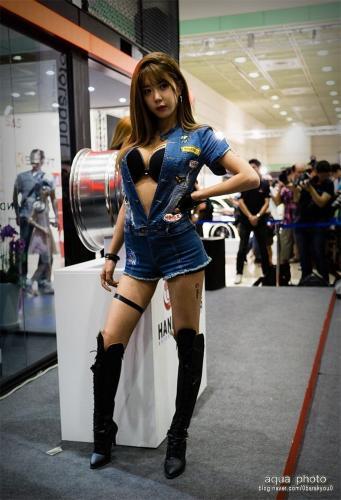 韩国人气车模许允美展场制服写真图片