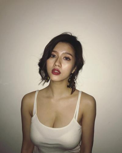 优质台湾正妹San珊珊 浑圆美胸比基尼下更白皙