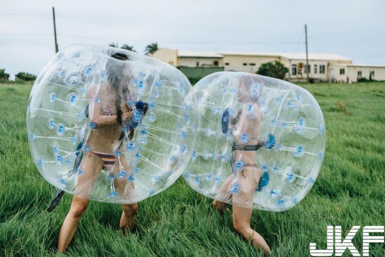 摄影师尼古洛镜下两个「欧派正妹」草原上的性感双十!