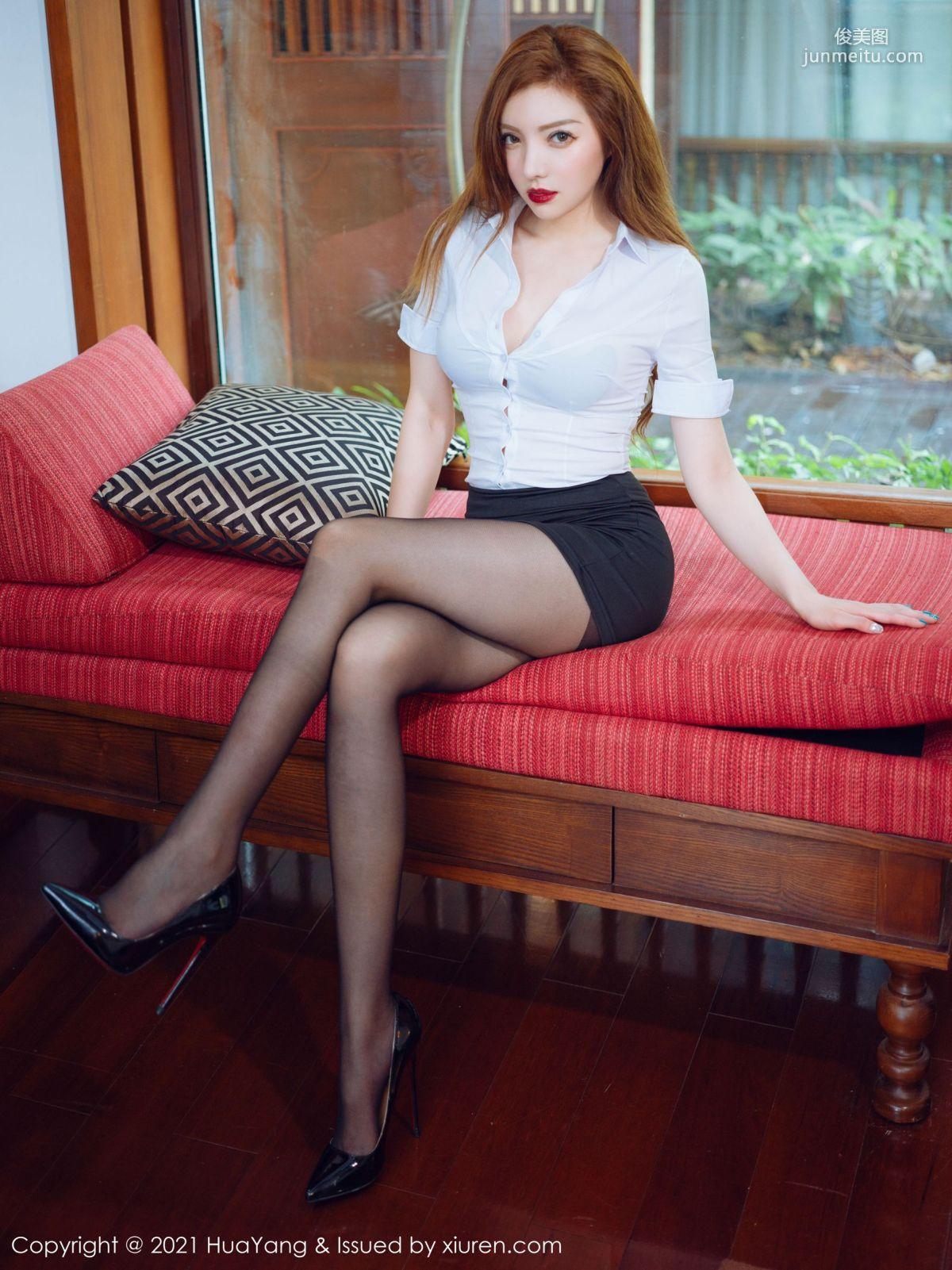 妖娆女人奶油米 白衬衫与黑短裙