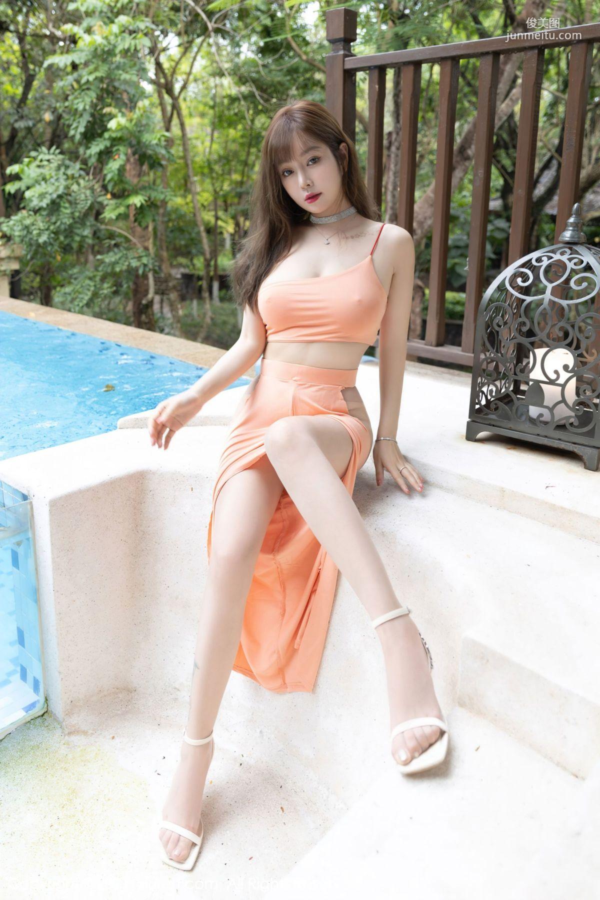 泳池女神王雨纯 一袭醒目的吊裙