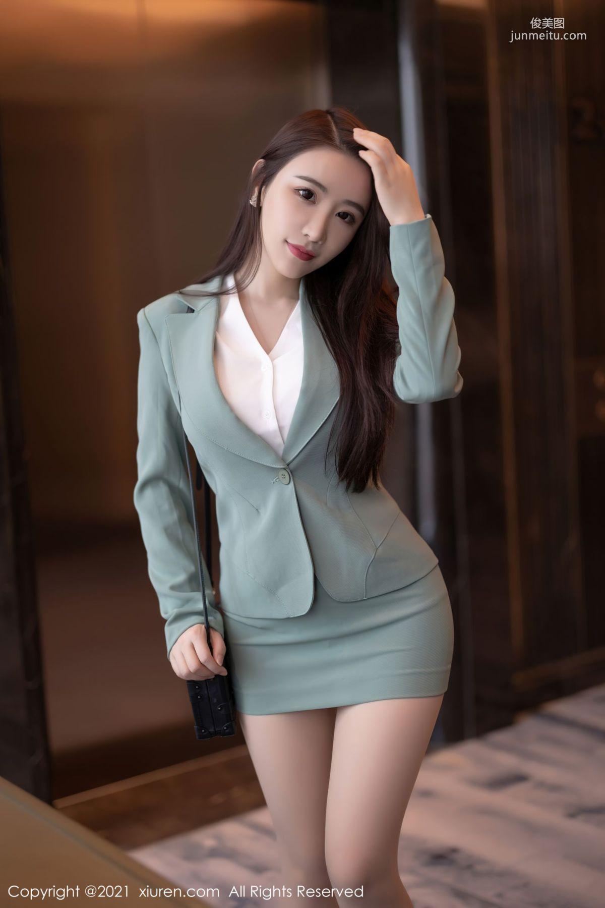 宅男女神绯月樱 浅绿色的职业装