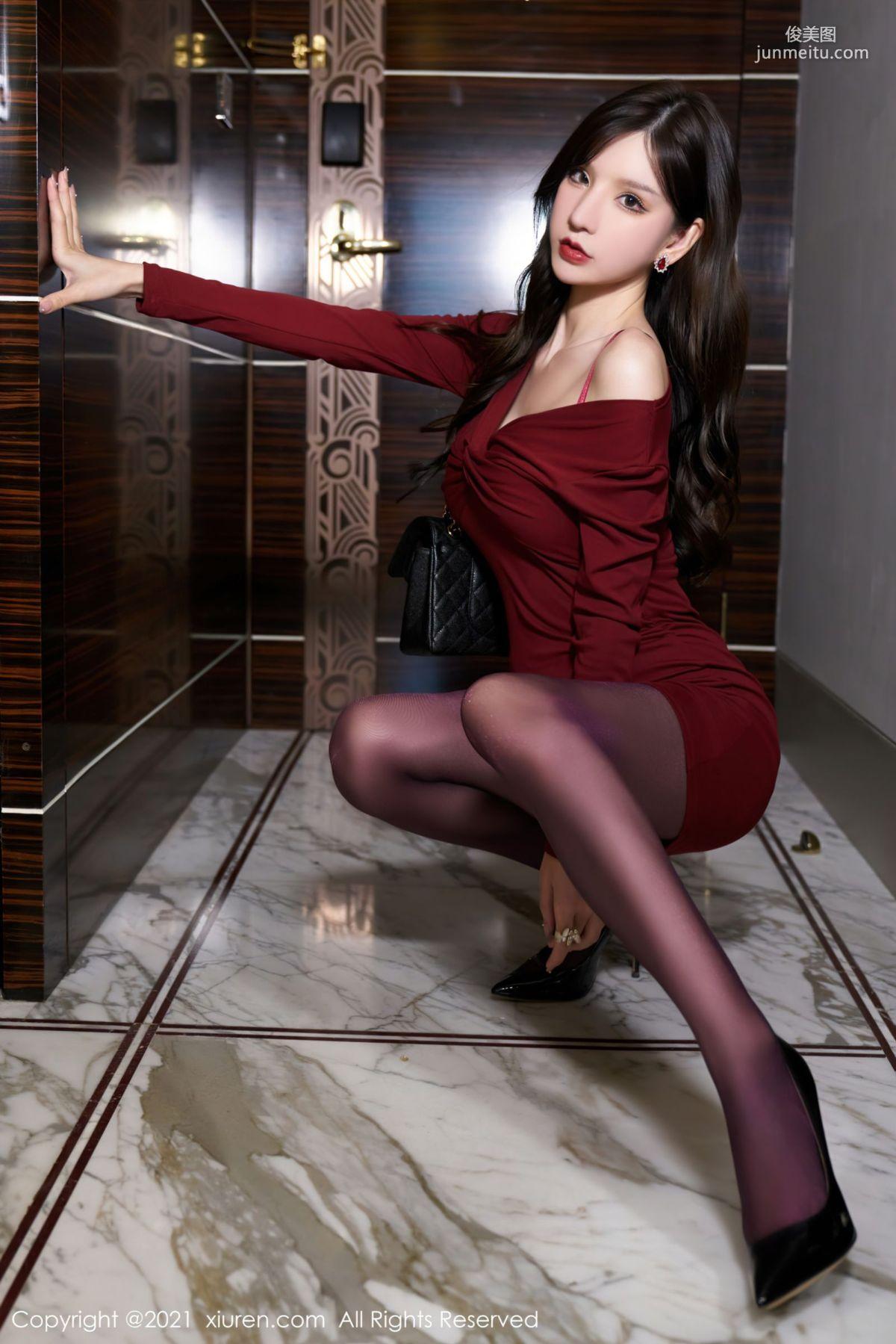 轻熟女友周于希 猩红多姿的服饰