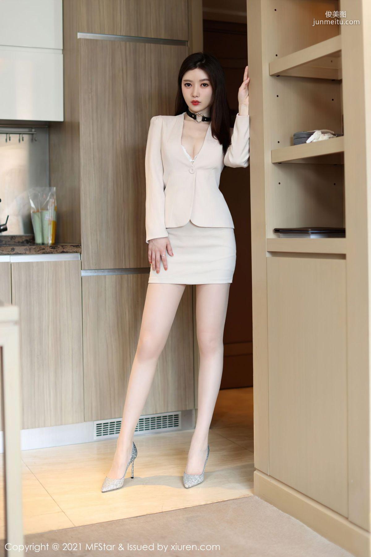 新人模特吴雪瑶 简约不失魅力的西装